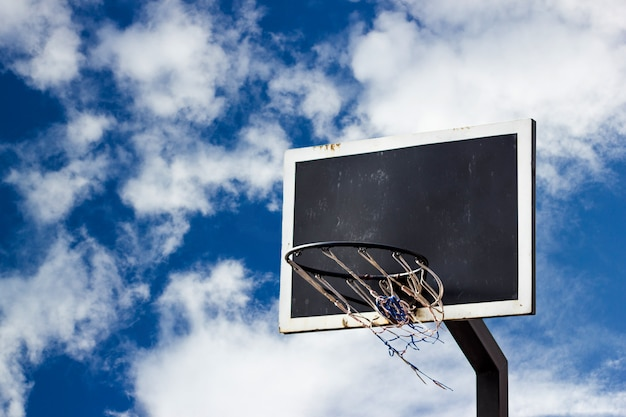 青い空にストリートバスケットボールボードの背景 Premium写真
