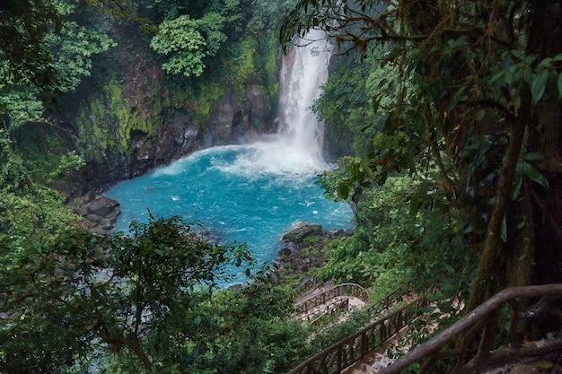 コスタリカのリオセレステ滝に向かう素晴らしいダウンパスのグローバルビュー Premium写真