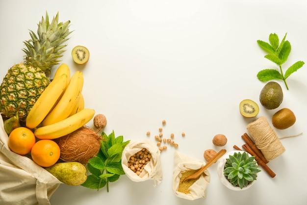 テキスタイルバッグの果物と穀物 Premium写真