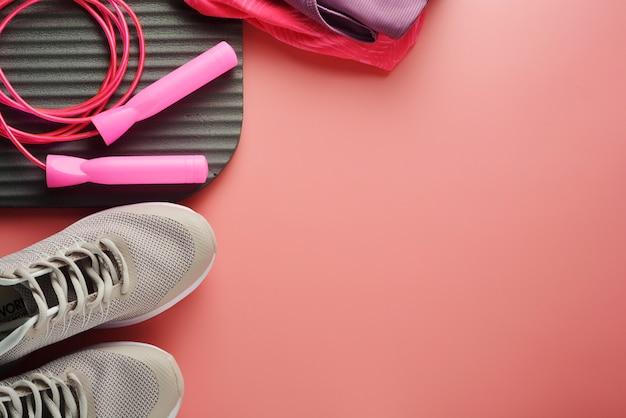 ワークアウトの概念縄跳びのヨガのスポーツシューズは体重を減らす Premium写真