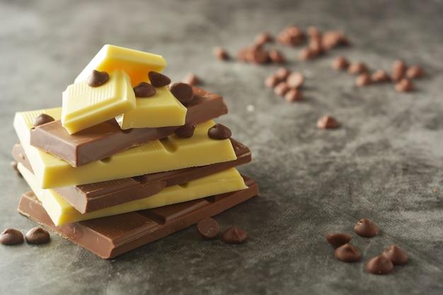 コピースペースを持つさまざまなチョコレートバーの平面図。 Premium写真