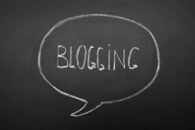 黒い黒板に手書きのブログの単語。音声、黒板に心の対話バブル。 Premium写真