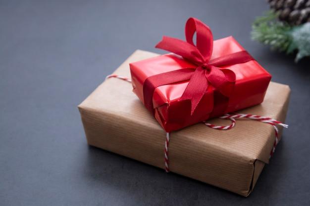 クリスマスの背景にギフトボックス、モミの枝、松ぼっくり。冬休み。 Premium写真
