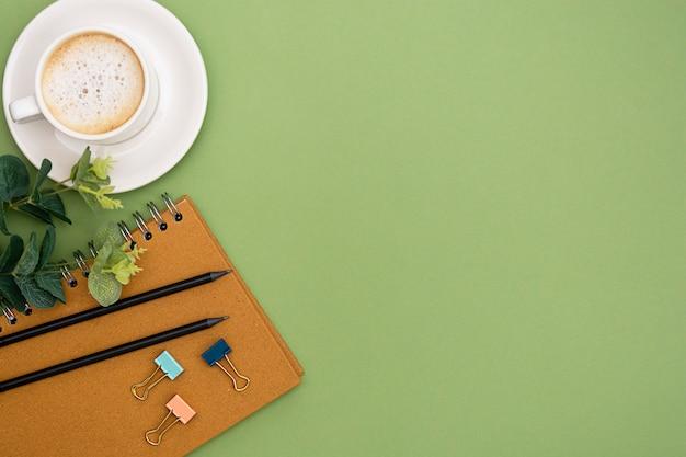 Стол офисный с ноутбука и чашка кофе. столешница, рабочее пространство с копией пространства. креативная планировка. Premium Фотографии
