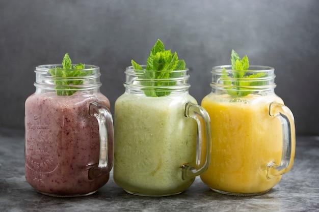 ガラスの瓶に詰められたフルーツスモシー、夏のさわやかなドリンク。 Premium写真