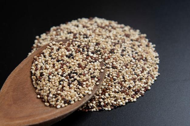 生のキノア穀物を混合。健康的でグルテンフリーの食品。 Premium写真