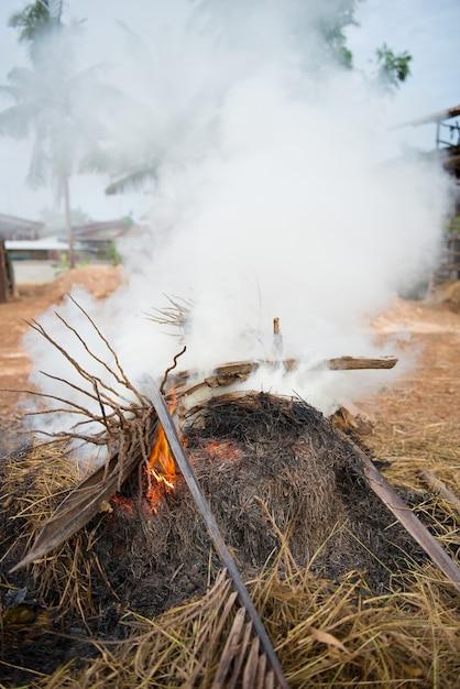 廃棄物焼却による有毒煙 Premium写真
