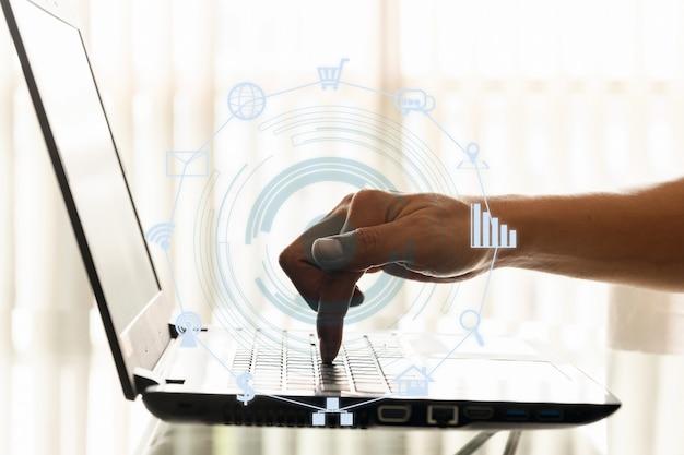 ビジネスマンのクローズアップ手はオフィスでスマートフォンやラップトップを使用しています。 Premium写真