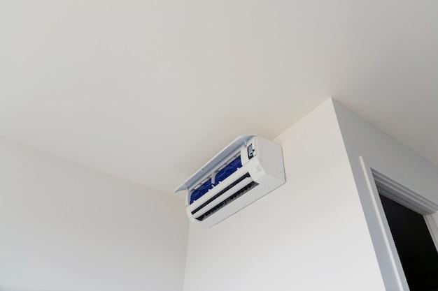 家庭用またはオフィス用の壁掛け式エアコン。 Premium写真