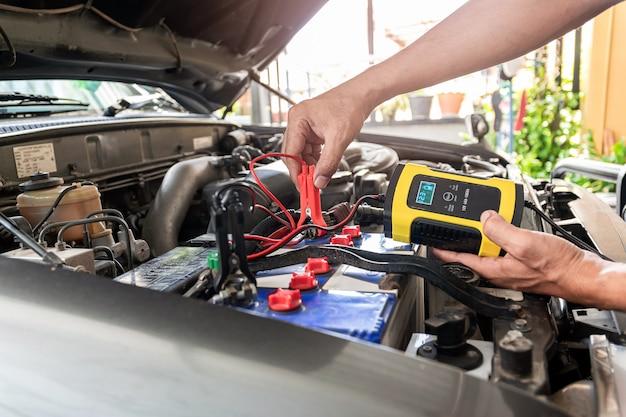 エンジニアリングでは、この機器を使用して自動車のバッテリーの電圧と温度を測定しています。 Premium写真