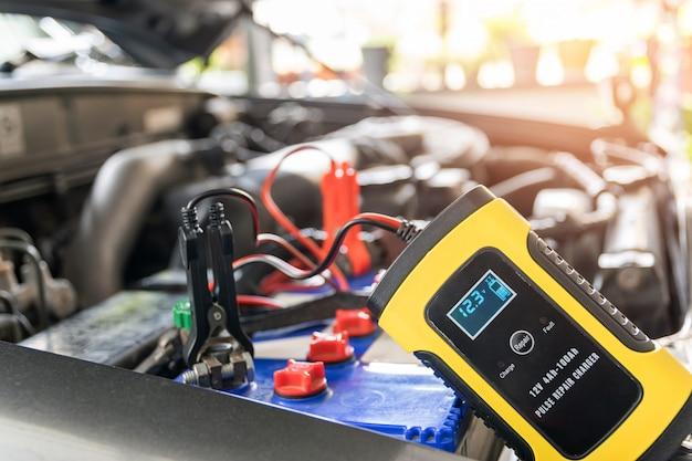 カーバッテリーの電圧と温度の計装。 Premium写真