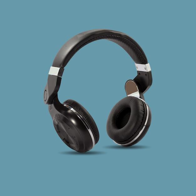 Черные беспроводные наушники, изолированные на красивый пастельный цвет Premium Фотографии
