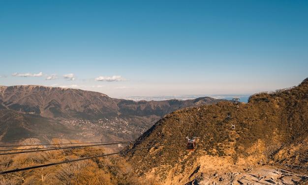 観光客が日本の山頂の美しさを見るための電気ケーブルカー。 Premium写真