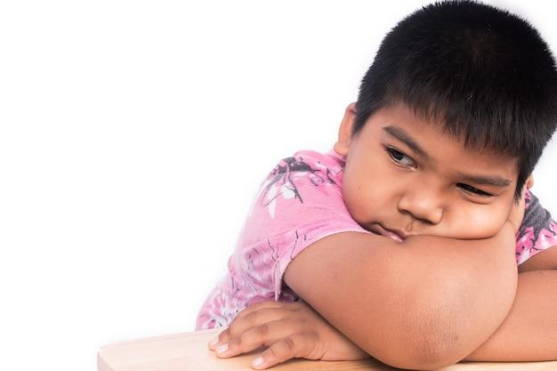 黒と白の木製のテーブルで一人で立地悲しい少年 Premium写真