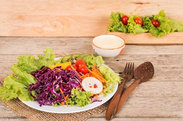 木製の背景に野菜サラダ Premium写真