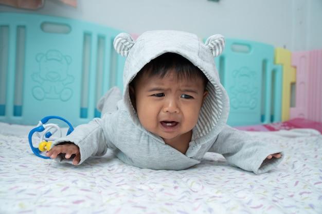 泣き叫ぶ小さな赤ちゃん Premium写真