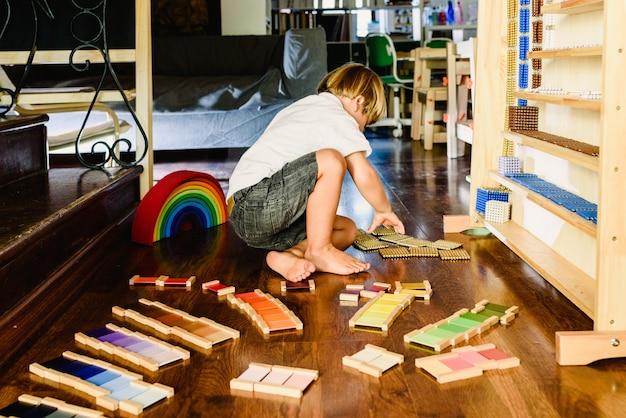 モンテッソーリのカラータブレットで遊んで学ぶ子供たち Premium写真
