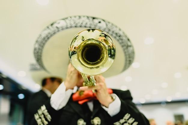彼のトランペットとギターを持つメキシコのミュージシャン Premium写真
