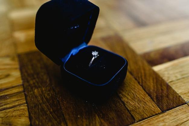 Одиночные кольца из золота и серебра Premium Фотографии