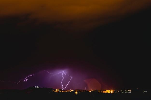 光と雲の夜の嵐の中での光。 Premium写真