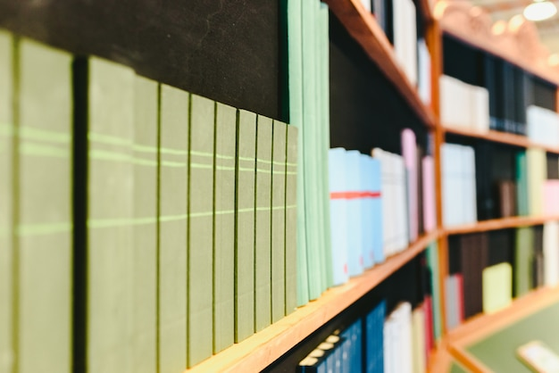 偽の本を飾るための棚。 Premium写真