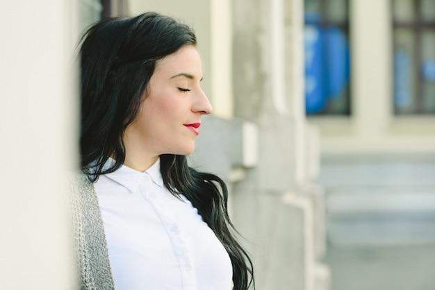 赤い唇と目を閉じて彼女の将来の経済、退職の概念について考えてかなり中年の女性。 Premium写真