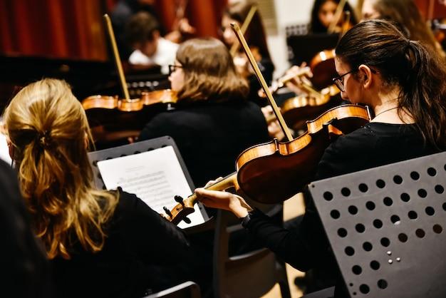クラシック音楽のコンサート中に、バイオリンを弾くミュージシャン Premium写真