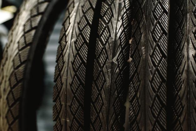 ワークショップのラックからぶら下がっている新しい自転車のタイヤ。 Premium写真