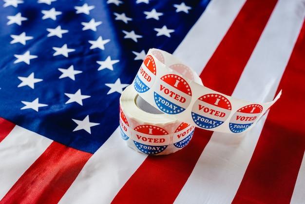 私はアメリカの国旗に関するアメリカの選挙で、ステッカーのロールを今日投票します。 Premium写真
