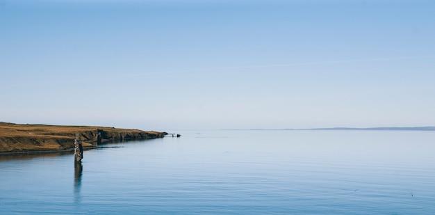 リラックスした休暇を探している人のための静かな海の絵の静かなイメージ。 Premium写真