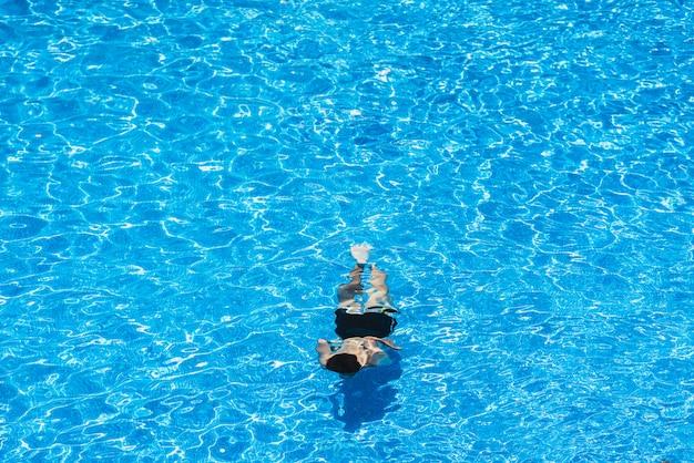 夏にプールでダイビングする子供たち Premium写真