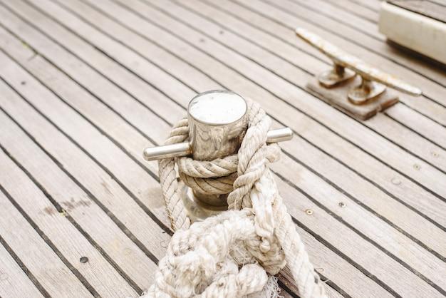 ボートを港に結びつけるためのロープ、クリート、ボラード。 Premium写真