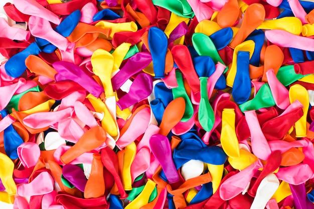 多くのカラフルな子供用風船、カラフルな子供たちのパーティーのモチーフの背景のクローズアップ Premium写真