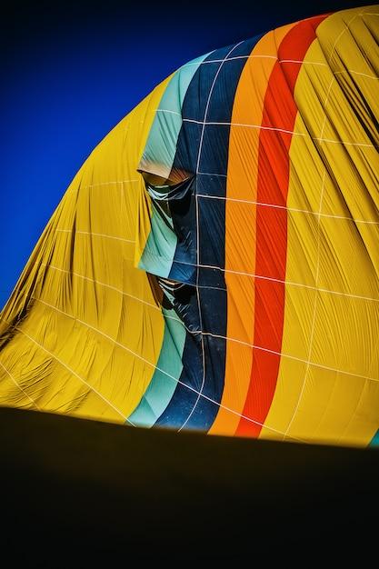 熱気球の収縮の色とりどりの布の詳細 Premium写真