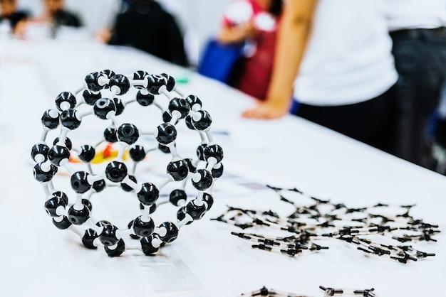 知育玩具で分子モデルを作成する生物学クラスの学生のグループ。 Premium写真