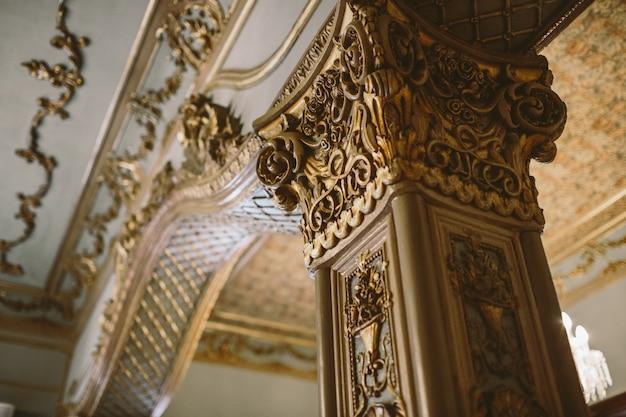 教会の金庫室の中の柱と首都は新古典主義様式で装飾されています。 Premium写真
