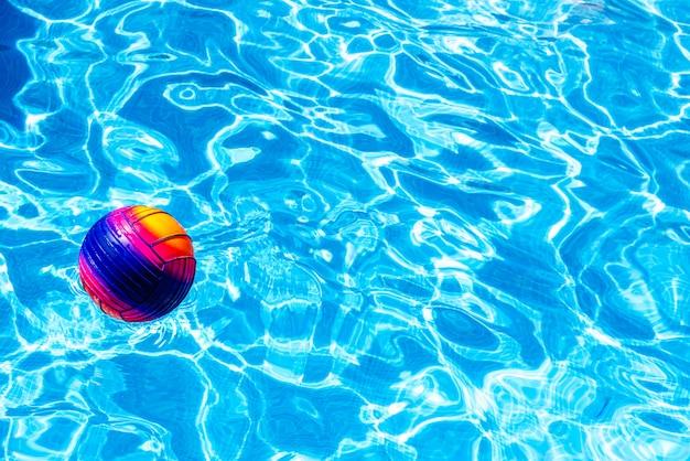 カラフルなボールがプールに浮かんでいます。 Premium写真