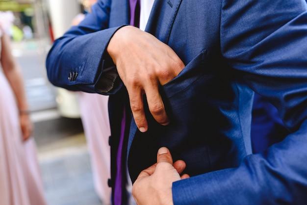身だしなみやエレガントなスーツを着てイベントに身を包んだ男。 Premium写真