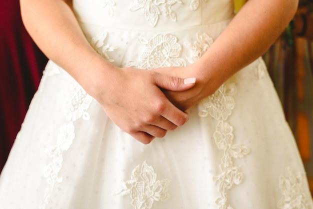 白いウェディングドレスのテクスチャの詳細。 Premium写真