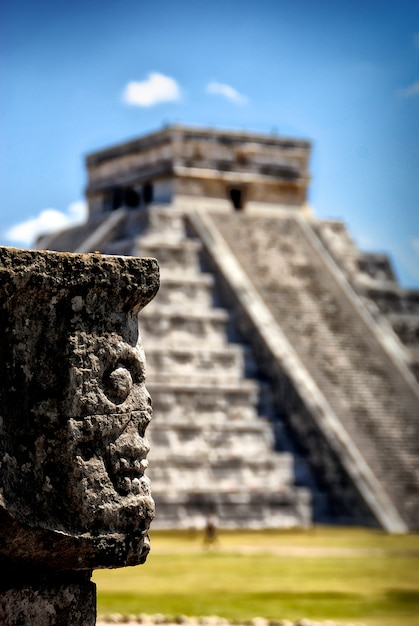 Храм кукулькан, главная пирамида в чичен-ица, мексика. Premium Фотографии