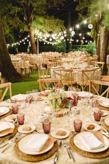 結婚式のための空の椅子のフラワーアレンジメント Premium写真