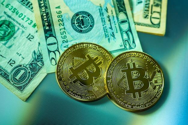ドル札の横にある明るいビットコイン。 Premium写真