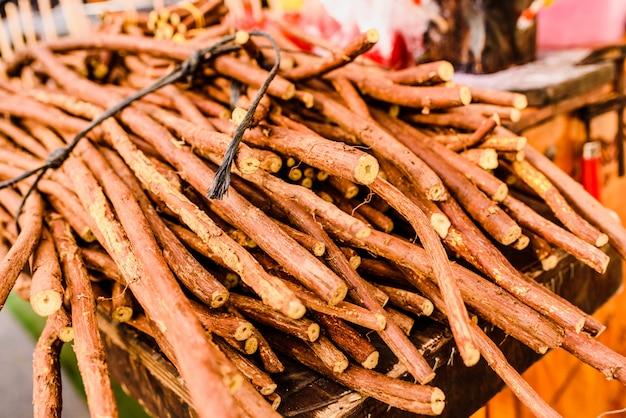 販売のための乾燥した甘草の枝のスタック。 Premium写真