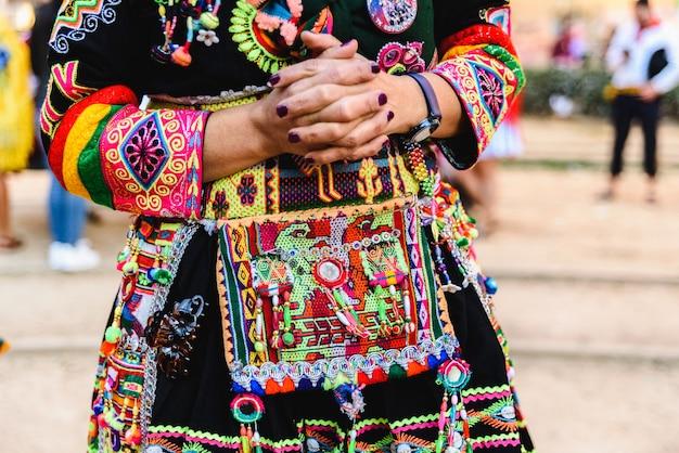 Деталь красочной вышивки типичного костюма из андского фольклора боливии для танца тинку. Premium Фотографии