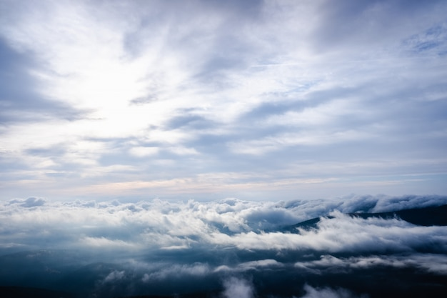 自然背景の高山の曇り空の背景としての素敵な画像。 Premium写真