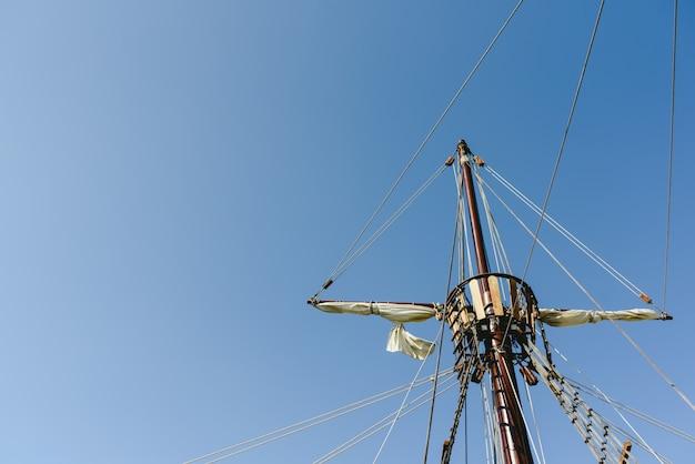 カラヴェル船、サンタマリアコロンバス船のメインマストの帆とロープ Premium写真