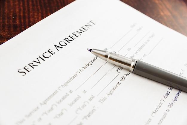 弁護士によって書かれたサービス契約のコンセプトイメージ。 Premium写真