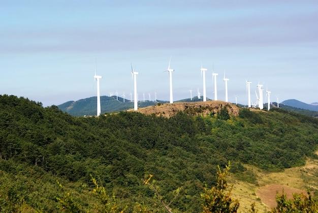 スペインのナバラにある丘の上で発電する白い風車。 Premium写真
