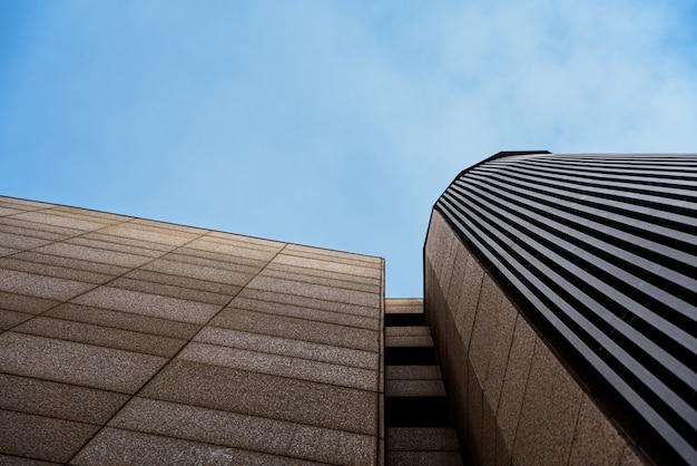 活動のない、落ち着いたブルーの色調とコピースペースを備えたビジネスオフィスビル。 Premium写真