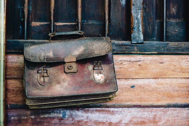 Назад к школьной концепции фона. старинная ретро коричневая кожа студенческая сумочка Premium Фотографии